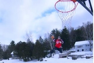 Kombináciou korčúľ a basketbalu vznikol šialený kúsok.