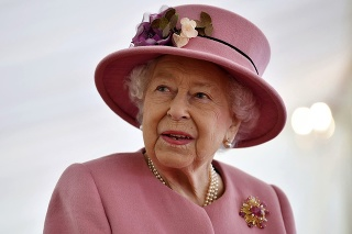 Britská kráľovná Alžbeta II. prichádza na návštevu Laboratória pre obranné vedy a technológie.
