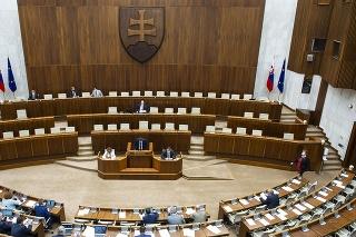 Parlament schválil zmeny pri 13. dôchodku.