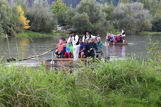 Turisti sa vezú na pltiach na rieke Váh pri Strečne.