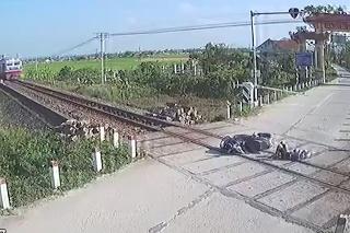 Motorkár narazil do závor a ležal na koľajách, keď prichádzal vlak: Sekundy hrôzy!