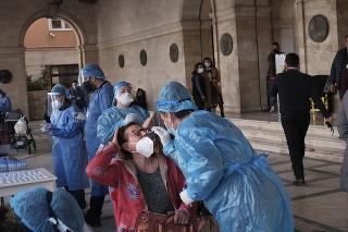 Zdravotníci testujú na COVID-19 na gréckom ostrove Kréta.