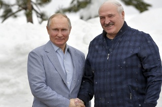 Ruský prezident Vladimir Putin (vľavo) a bieloruský prezident Alexandr Lukašenko pózujú počas stretnutia v čiernomorskom stredisku Soči v pondelok 22. februára 2021.