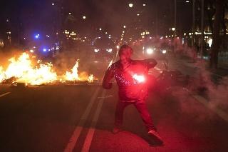 Počas protestov došlo k potýčkam medzi policajtmi a demonštrantami.