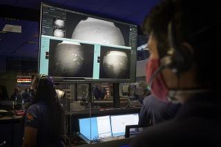 Členovia americkej misie Mars 2020 Perseverance si prezerajú prvé zábery.
