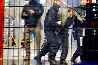 Polícia vyvádza útočníka z hypermarketu.