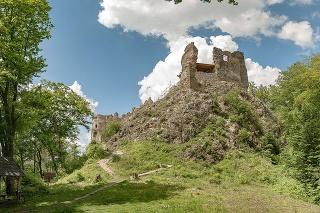Zrúcanina hradu Šášov na okraji Štiavnických vrchov.