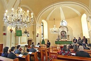 Na omši sa vyskytli aj veriaci bez rozstupov.