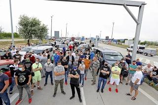 Pred necelým rokom sa na hraniciach združovali desiatky ľudí, ktorí prichádzali z iných krajín.
