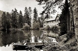 1934: Základ areálu Turzovských kúpeľov tvorilo 6 kúpeľných domov vybudovaných v lesnom prostredí na brehu jazera.