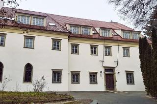 Po: Predná fasáda kláštora pred a po renovácii