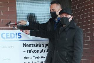 Primátor Marek Čižmár a mestský poslanec Miroslav Davala poklepkali rekonštrukciu športovej haly.
