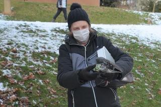 Pani Mária ukazuje na miesto, kde našla zraneného i mŕtveho holuba. Rovno pri obchodom centra a pri panelákoch.