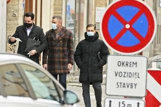 Bratislava Grösslingová ul. 18. 1. 2021 11.56 hod: Z prevádzky s oblekmi na mieru odchádzal Pellegrini s dvoma mužmi.