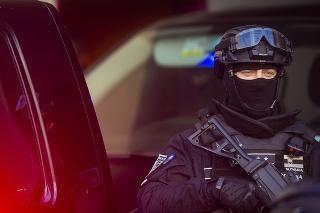 pPolicajná eskorta pred Špecializovaným trestným súdom (ŠTS) 8. novembra 2020 v Pezinku