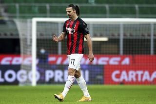 Futbalista AC Miláno Zlatan Ibrahimovič odchádza z ihriska po červenej karte.