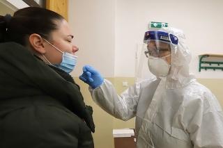 Na snímke odberné miesto Základnej školy v Radvani počas skríningového testovania obyvateľov na ochorenie covid-19 v Banskej Bystrici 23. januára 2021.
