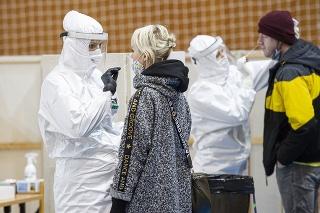 Snímka z odberového miesta v športovej hale v Pezinku počas celoplošného  skríningového testovania ľudí na ochorenie COVID-19 na Slovensku. Pezinok, 23. januára 2021.