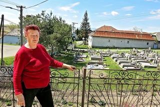 Helenu (65) a jej dom delí od cintorína len pár metrov a plot.