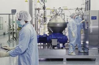Vedci  z Regeneron Pharmaceuticals pracujúci na výrobe prípravku s obsahom protilátok na liečbu pacientov s ochorením COVID-19.