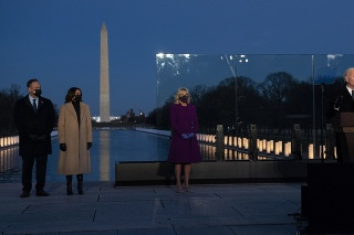 Biden a Harrisová sú vo Washingtone, uctili si tam obete koronavírusu.