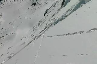 Pocit bezmocnosti, aký zažije len málokto: Počas snowboardovania sa mužovi spustila pod nohami lavína