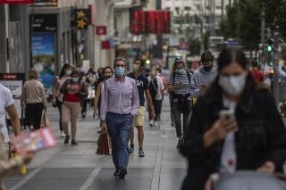 Ľudia s ochrannými rúškami v centre Madridu.