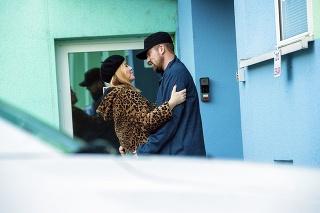 Fotograf Nového Času zachytil  minulý piatok Haasovú v objatí nového chlapa.