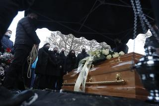 Najbližšia rodina pri hrobe Milana Lučanského.