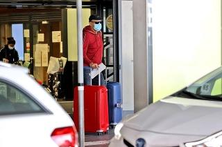 Letisko Schwechat, Viedeň 7. 1. 2021 12.32 hod.: Sulík pôsobil pri návrate nenápadne a ťahal so sebou viac kufrov.