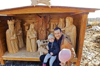 Rezbár Erik Trella (35) s dcérkou Elianou (2) a s cukrovou vatou pri najnovšom betleheme.
