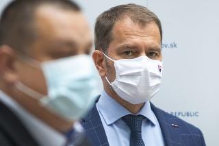 Zľava hlavný hygienik SR Ján Mikas a predseda vlády SR Igor Matovič.