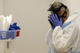 Česko zvádza s koronavírusom nerovný boj.