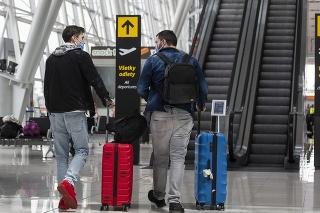 Cestujúci kráčajú v hale opätovne otvoreného Letiska M.R. Štefánika v Bratislave.