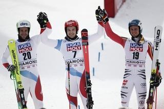 Švajčiarsky lyžiar Loic Meillard (uprostred).