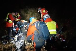 Zasahovalo 7 profesionálnych a 20 dobrovoľných záchranárov Horskej záchrannej služby (HZS).