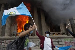 Stovky protestujúcich v Guatemale sa vlámali do budovy miestneho Kongresu a založili v nej požiar.