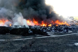 Plamene zachvátili halu, v ktorej sa nachádza uskladnený rôzny odpad.
