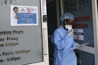 Laboratórna technička ide odobrať vzorky od pacienta na koronavírus v laboratóriu v Nairobi.
