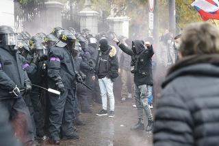 Proti niektorým musela polícia aj zasiahnuť.