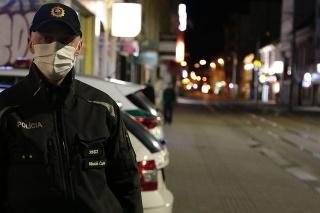 Polícia kontroluje dodržiavanie nariadení.