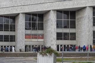 Ľudia pred odberným miestom Istropolis v Bratislave.
