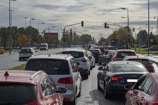Kolóna čakajúcich áut na drive in odberné miesto na Zlatých pieskoch v Bratislave