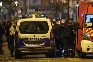 Policajti a záchranári na mieste, kde bol postrelený pravoslávny kňaz 31. októbra 2020 v Lyone.