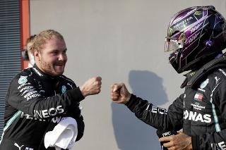 Na snímke vľavo fínsky pilot formuly 1 Valtteri Bottas z tímu Mercesed a vpravo jeho kolega z tímu a Brit Lewis Hamilton po kvalifikácii na nedeľnú Veľkú cenu Emilia-Romagna F1 na okruhu v talianskej Imole.