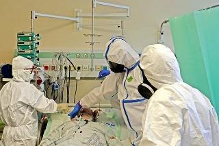 České  nemocnice sa plnia, problémom sú  aj tisícky  zdravotníkov v karanténe s pozitívnym testom.