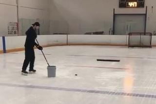 Mladý hokejista predviedol neskutočný kúsok.