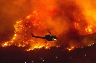 Kalifornskí hasiči ďalej bojujú s desiatkami požiarov.