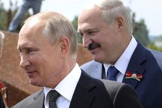 Na archívnej snímke z 30. júna 2020 ruský prezident Vladimir Putin (vľavo) a bieloruský prezident Alexander Lukašenko