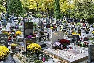 Začiatok novembra je pravidelne spojený s cestovaním na hroby.
